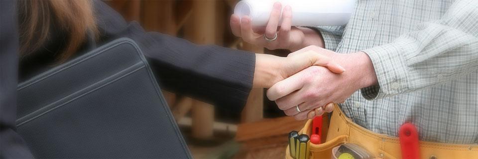 Femme d'affaires serrant la main avec un travailleur de la construction
